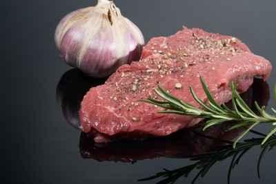Fleisch und Kräuter statt billiges Getreide: Hochwertiges Hundefutter macht gesund und fit!